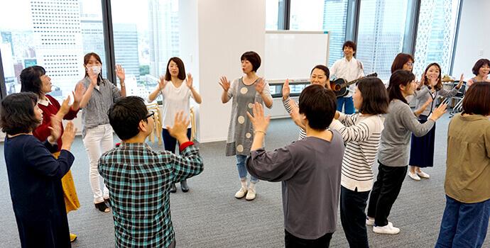 グループに分かれて踊りやうたあそびをレクチャーしている様子。
