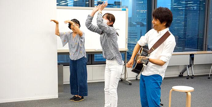 先生のギター演奏に合わせて踊りを踊る様子