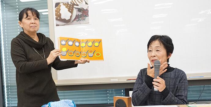 制作物を紹介する2人の女性講師