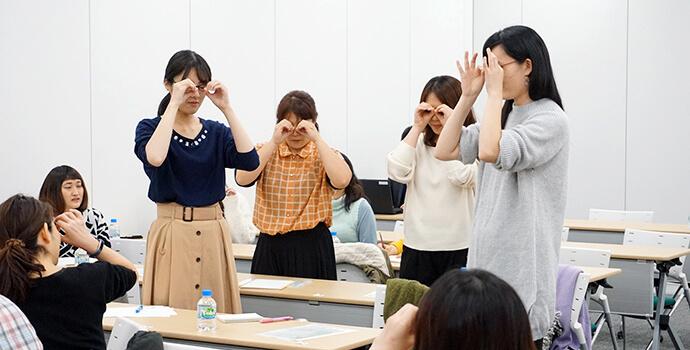 手遊びをする複数の女性