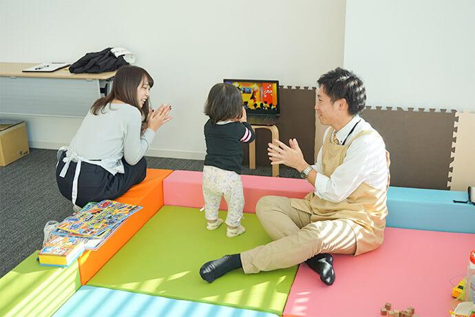 子供と遊ぶスタッフ