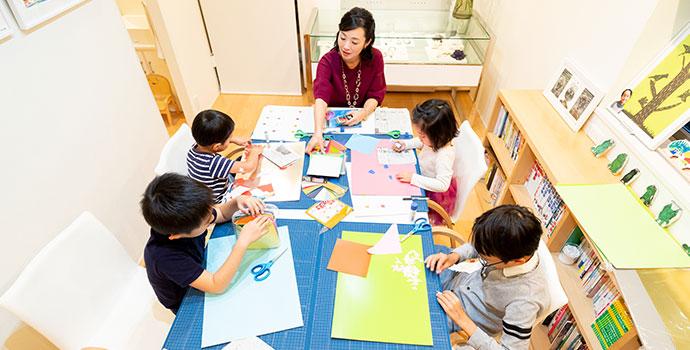 子どもの可能性を広げる幼児教育のため本を子どもに見せる女性(今泉真樹さん)