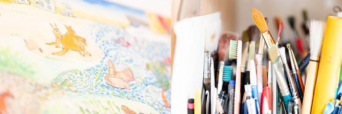 使用している絵画道具と点描写で描いた水彩画の写真