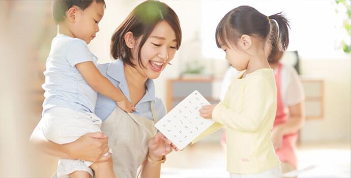 保育士と子供たち