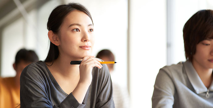 試験対策をする女性
