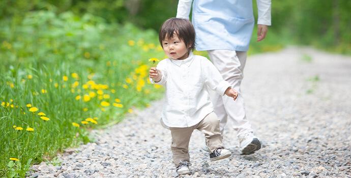 花を持って歩く子供