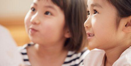 見上げる二人の女の子