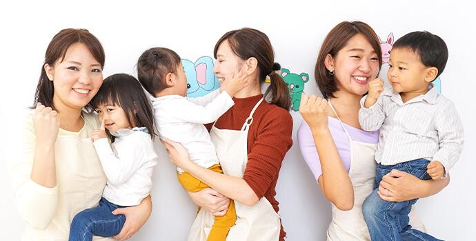 子どもを抱っこする保育士