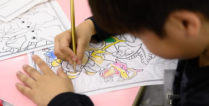 塗り絵で遊ぶ子供