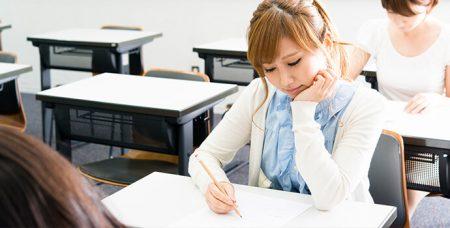 試験を受ける女性